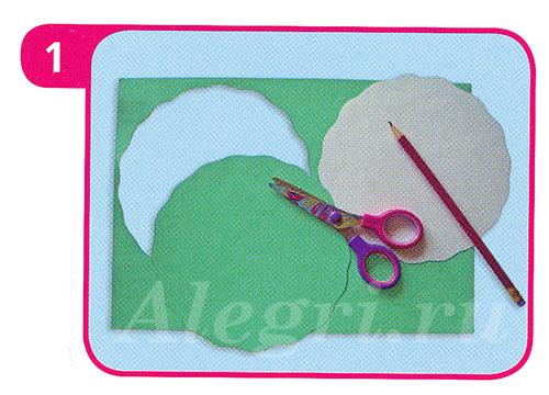 2. На половине салфетки тёмного цвета сделать три надреза.  Все полоски скрутить в жгутики.