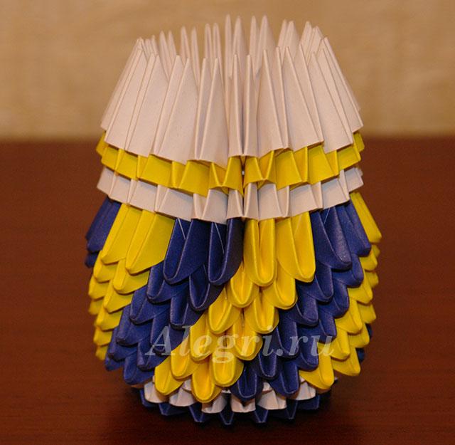 ...(короткой стороной наружу) 1 синий, 1 желтый, 1 синий модуль, пропустите два белых уголка и повторите эту схему еще...